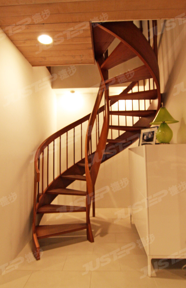 欧式旋转楼梯装修效果图