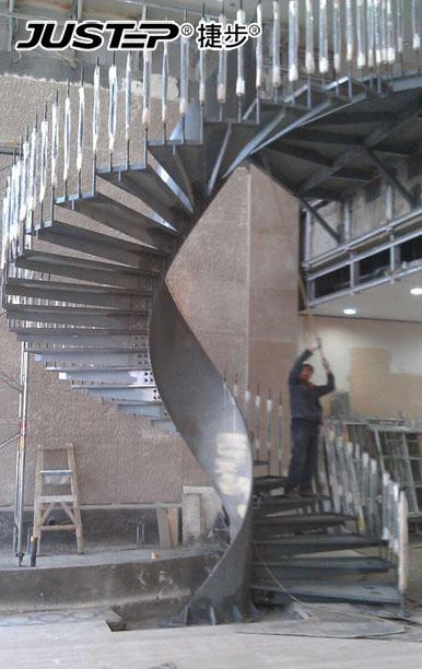 从顶部俯视整部楼梯